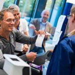 Dieter Baumann kassiert im Drogeriemarkt für kranke Kinder