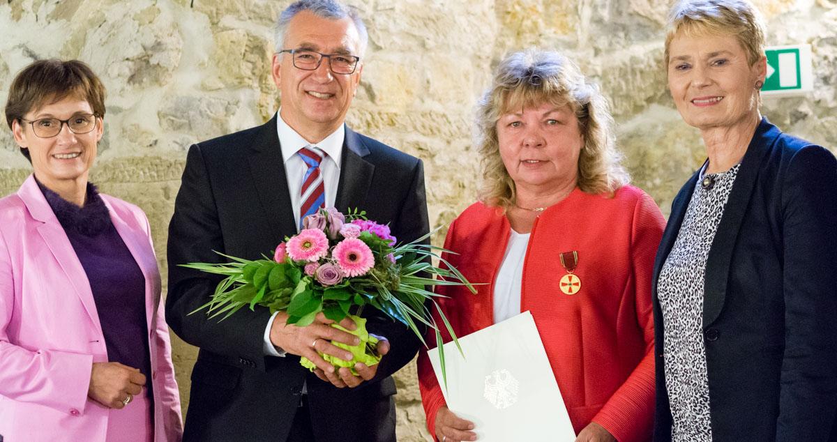 Gisela Boller nimmt die Bundesverdinestmedaille entgegen.