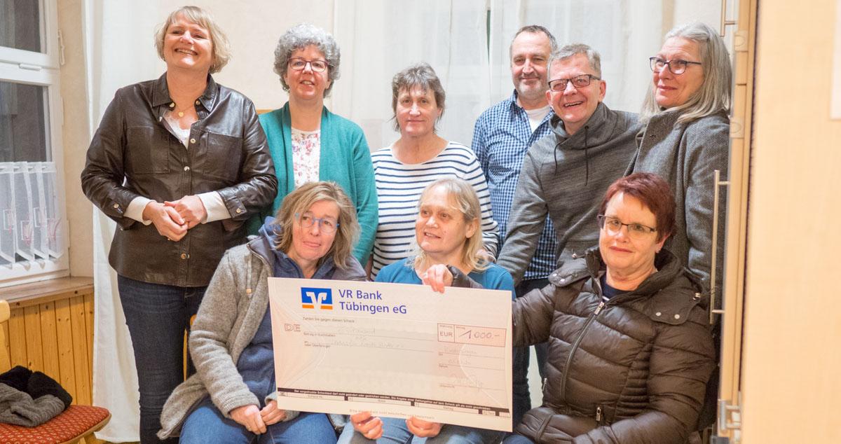 Die Theatergruppe präsentiert den Spendenscheck an Hilfe für kranke Kinder