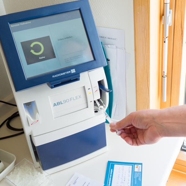 Blutgasanalysegerät von Hilfe für kranke Kinder Tübingen