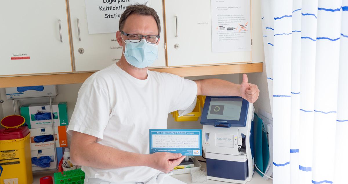 Pflegekraft mit BGA-Gerät und Ideeninitiative Hilfe für kranke Kinder