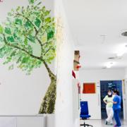 Symbolbild aus der Kinderintensivstation, zu sehen ist eine Wandmalerei und der Flur. Thema ist die personelle Aufstockung im Bereich psychologische Notfallbetreuung.