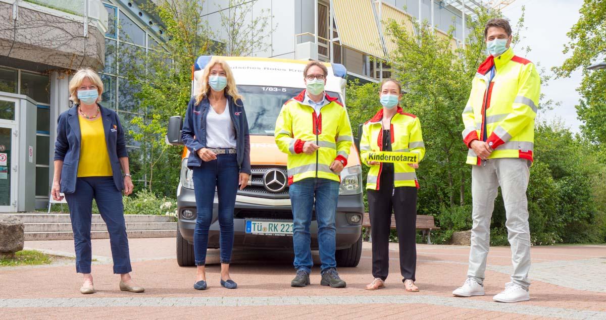 Kindernotarztteam vor Rettungswagen