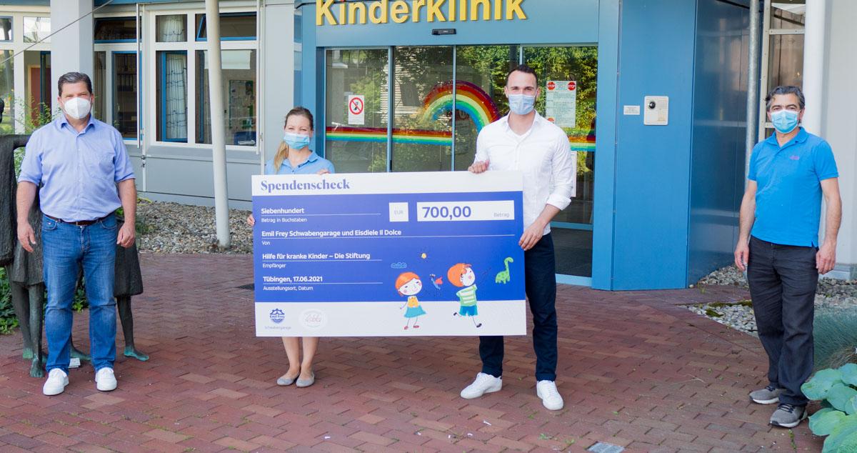Symbolische Spendenübergabe der Emil Frey- Schwabengarage und Eisdiele IlDolce vor der Kinderklinik Tübingen